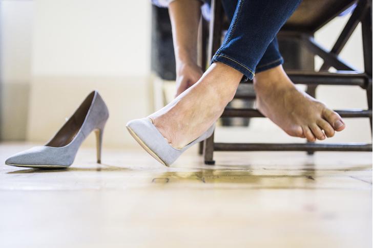 Фото №2 - Почему переболевшим COVID-19 нельзя носить каблуки?