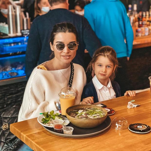 Фото №1 - 5-летняя дочь Бородиной ходит с соской и бутылочкой: фото