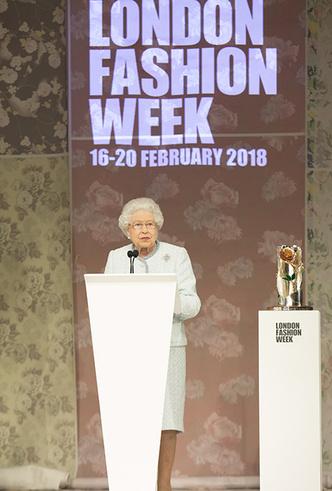 Фото №7 - Впервые в жизни: Королева Елизавета II посетила модный показ