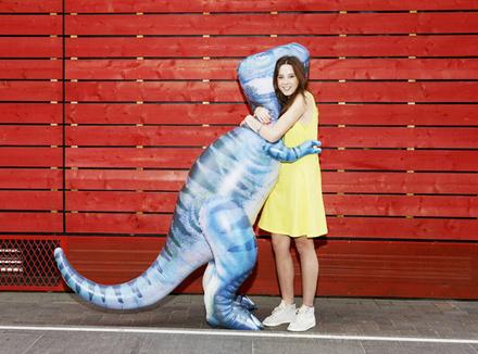 Девушка обнимается с динозавром