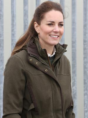 Фото №6 - Клетка, джинсы и костюмы: все наряды герцогини Кейт в туре по Шотландии
