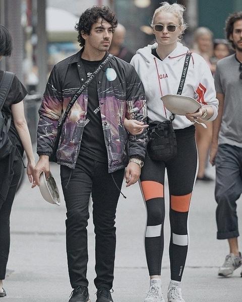 Фото №3 - Все на двоих: Софи Тернер и Джо Джонас постоянно меняются одеждой