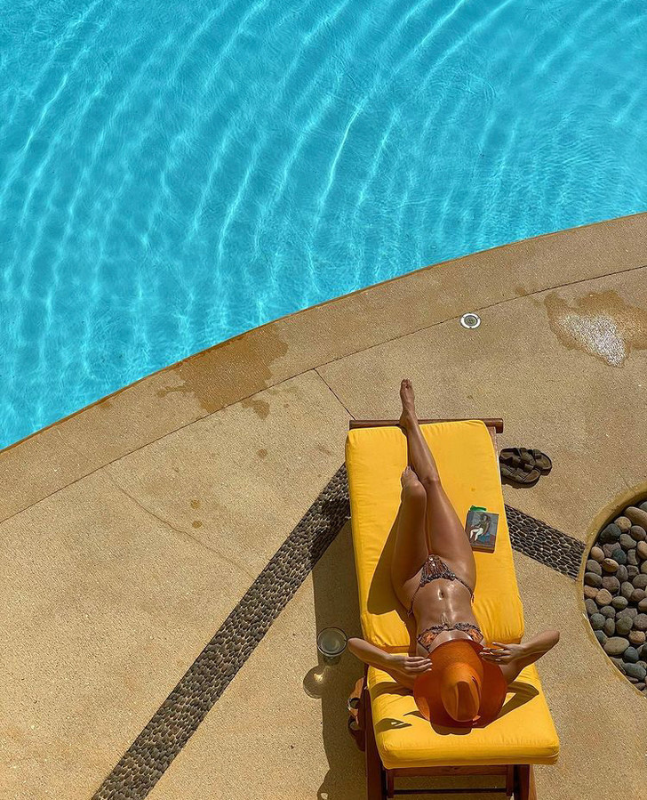 Фото №1 - Яркая шляпа + крошечное бикини: отпускные фото Кендалл Дженнер, от которых станет жарко даже в -20