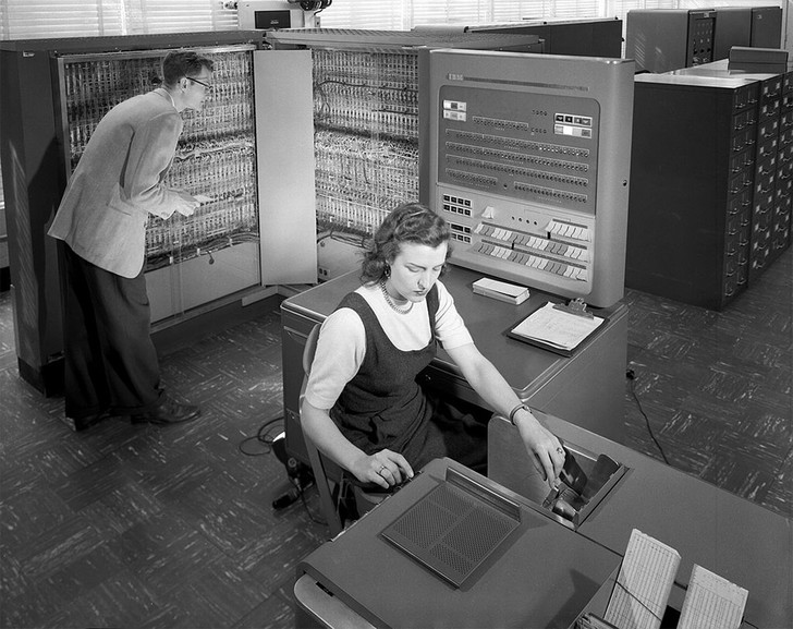Фото №2 - История одной фотографии: грузчики поднимают жесткий диск компьютера, 1956