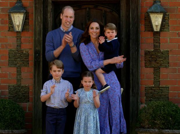 Фото №3 - Неожиданная причина, почему мы так часто видим Кейт в голубых и синих нарядах
