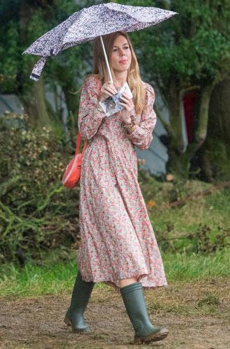 Фото №2 - Как носить романтичное платье с резиновыми сапогами: рецепт Кэрри Симондс