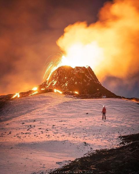 Фото №1 - Семья из Исландии продает извергающийся вулкан