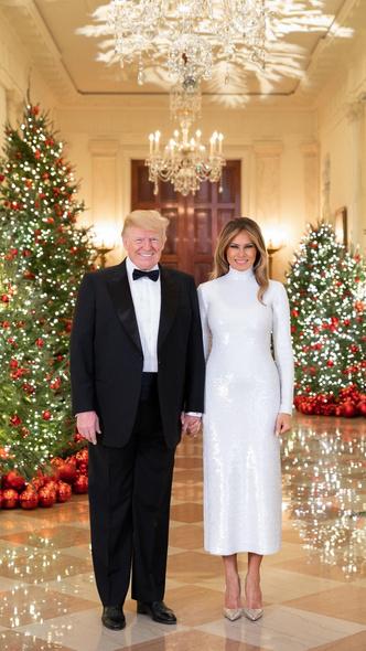 Фото №3 - Финальный аккорд: как выглядит последний рождественский портрет Мелании и Дональда Трампов