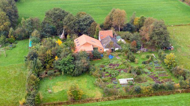 Фото №2 - В Голландии нашли семью выживальщиков, которые девять лет прятались на секретной ферме в ожидании конца света