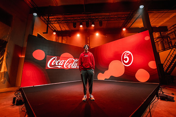 Фото №1 - Тима Белорусских дал онлайн-концерт в честь запуска лимитированной коллекции от Coca-Cola