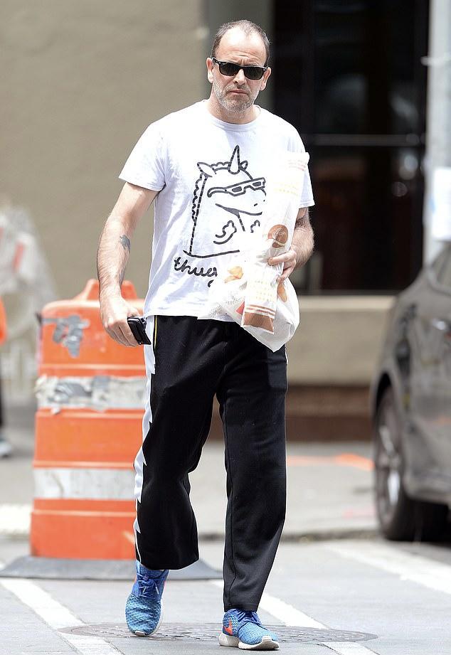 Фото №1 - Футболка с единорогом и синие кроссовки: возлюбленный-актер Анджелины Джоли на прогулке