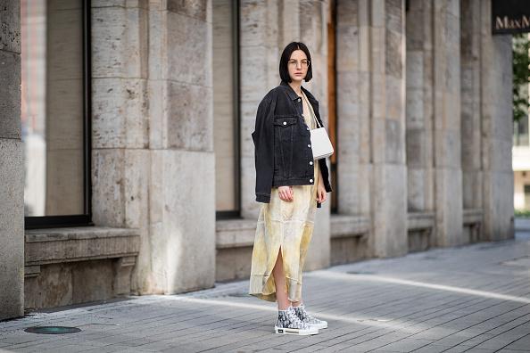 Фото №1 - Что купить: 5 модных платьев для тех, кто проведет лето в городе