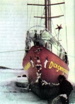 На судне «Дик Смит Иксплорер» Дэвид Льюис приплыл в Антарктиду с женой Мими Джордж.