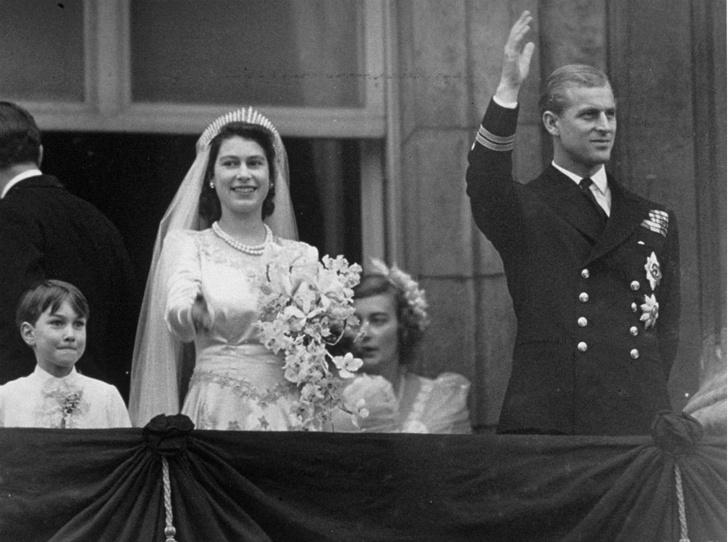 Фото №4 - Связь поколений: кто еще выходил замуж в тиаре принцессы Беатрис