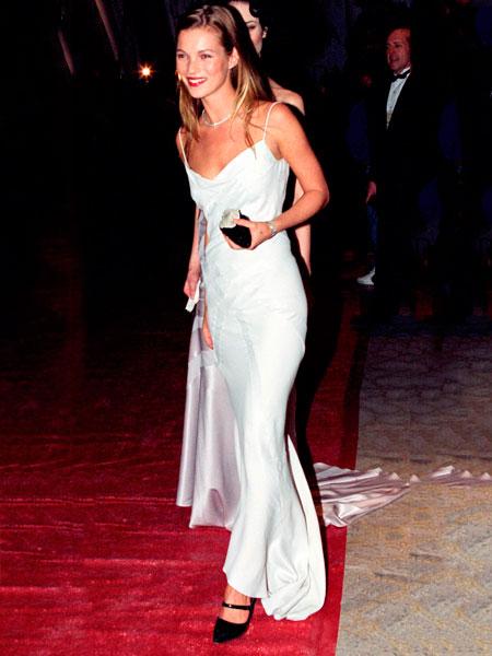Фото №17 - 22 самых красивых белых платья всех времен
