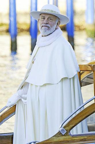 Фото №4 - Сутаны в кристаллах Swarovski и ателье «оскароносных» шляп: стиль в сериале «Новый папа»