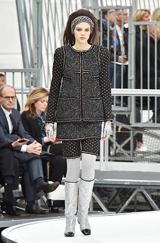 Фото №23 - Стразы, ботфорты и колготки в сеточку: как в моду входит все то, что раньше считалось безвкусицей