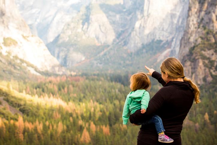 Фото №1 - Почему мы всюду берем с собой детей?