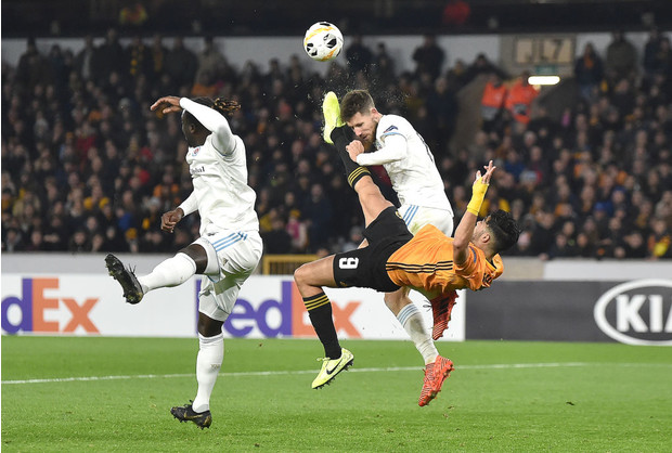 Фото №1 - Нападающий нокаутировал защитника бисиклетой в матче Лиги Европы (видео)