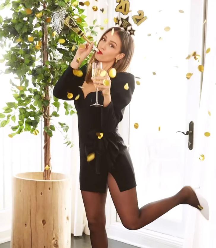 Фото №1 - Идеальное черное платье для новогодней вечеринки: показывает Джессика Альба