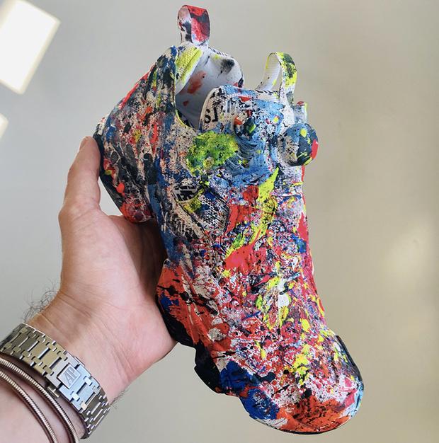 Фото №1 - «Убитые» кроссовки, или Как Vetements дразнит своим «Шедевром», за которым начнется охота этой осенью