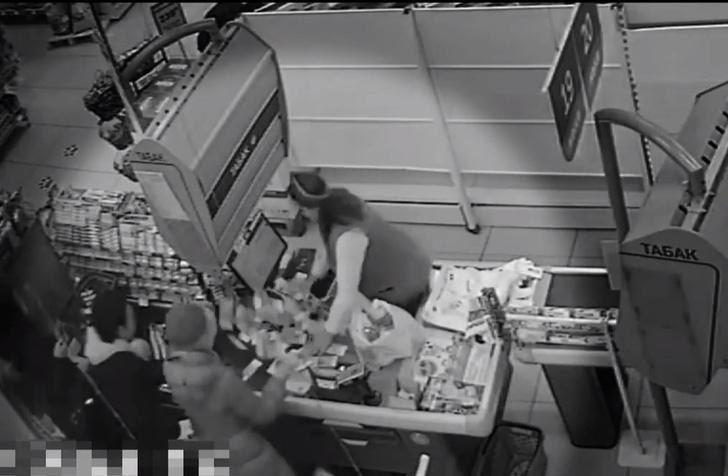 Фото №1 - В супермаркете Красноярска вдруг забил фонтан из денег (видео)