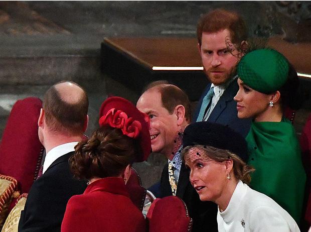 Фото №2 - О чем Королева просила Гарри во время последнего визита (Меган это не понравится)