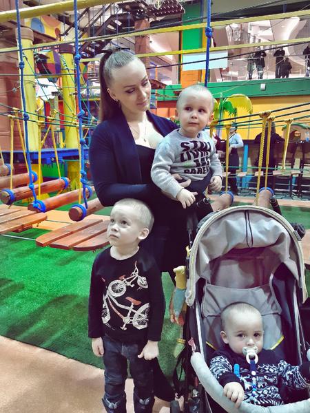 Екатерина с сыновьями Виктором, Владимиром и Александром