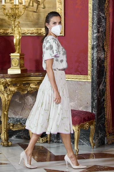 Фото №1 - Винтажный подарок: королева Испании появилась на мероприятии в старом платье свекрови