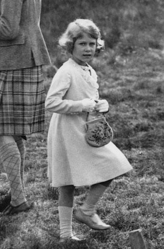 Фото №3 - Секреты дамской сумочки Елизаветы II: что Королева всегда носит с собой
