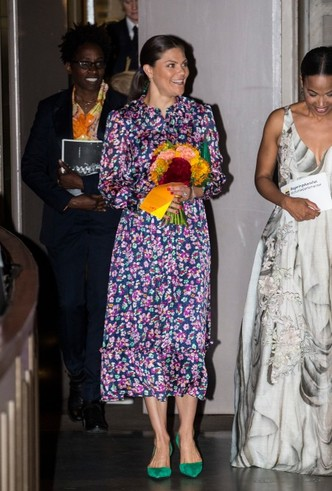 Фото №6 - Модный букет: как королевские особы носят цветочный принт