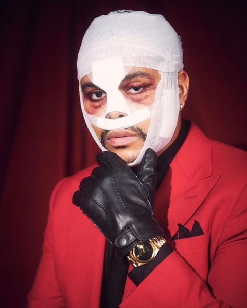 Фото №1 - Что случилось? The Weeknd пришел на премию AMAs с перебинтованной головой 🤕