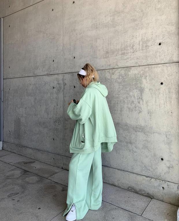 Фото №3 - Костюм цвета шалфея— самая модная покупка сезона весна-лето. Посмотрите на Софию Коэльо и убедитесь в этом