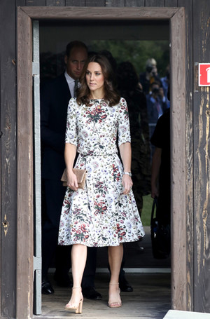 Фото №10 - Герцогиня Кембриджская еле сдержала слезы в концлагере Гданьска