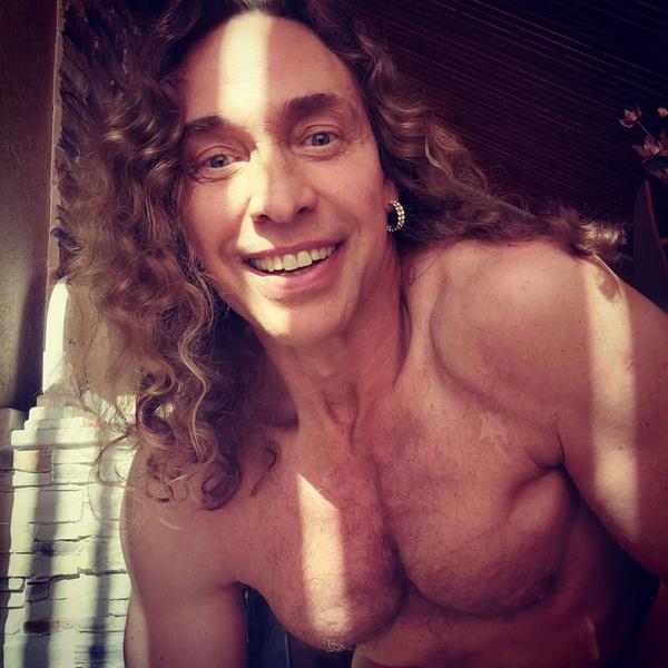 Фото №1 - Тарзан состарил себя усами и стал похож на Халка Хогана