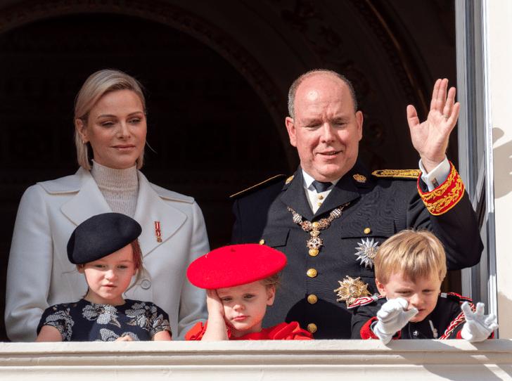 Фото №1 - Княжеская семья Монако представила новый официальный портрет с наследниками
