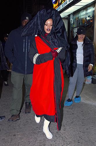 Фото №24 - Это слишком: как Рианна «помешалась» на одежде oversize