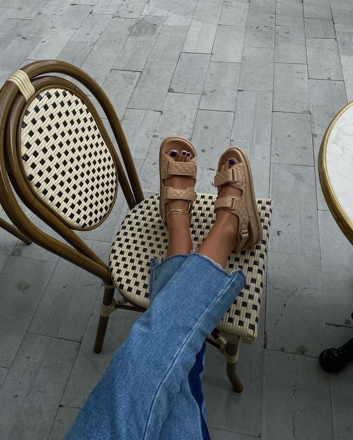 Фото №2 - Бежевые сандалии и необычные джинсы: очень удачный образ инфлюенсера Ханны Шонберг