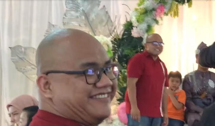Фото №1 - Гость на свадьбе неожиданно встретил своего двойника. Их реакцию сняли на видео