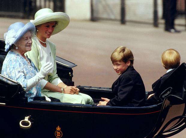 Фото №4 - Почему Королева-мать была близка с Уильямом, но не общалась с Гарри