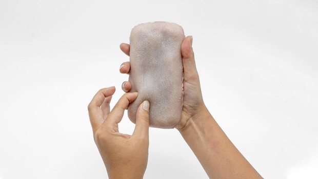 Фото №1 - Французская компания разработала чехол для iPhone из искусственной человеческой кожи (видео)