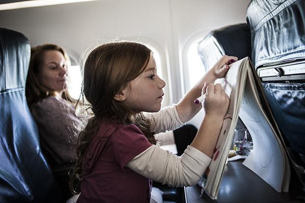 Фото №4 - 10 способов занять малыша в самолете