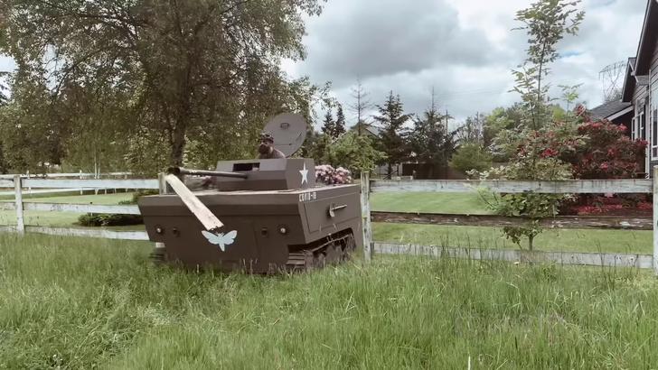 Фото №1 - Американец превратил свою газонокосилку в танк (видео)