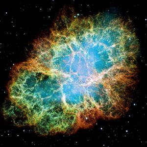 NASAНовыми и сверхновыми называют не сами звезды, а их взрывы. Новая — это термоядерный взрыв на поверхности небольшой плотной звезды, белого карлика, а сверхновая — катастрофический коллапс ядра массивной звезды с полным разрушением окружающих его слоев. Вспышки новой могут повторяться, если на белый карлик перетекает богатое водородом вещество с соседней звезды в двойной системе. А вот вспышка сверхновой бывает только раз и знаменует смерть звезды. На снимке: Крабовидная туманность в созвездии Тельца — остаток сверхновой, взрыв которой наблюдали еще арабские и китайские астрономы в 1054 году.