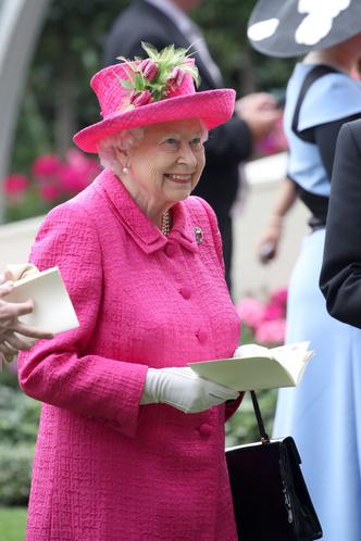 Фото №3 - Делайте ставки, господа: шляпки Королевы на Royal Ascot