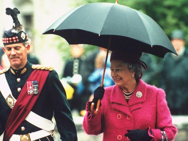 Фото №1 - Необычное занятие, которым Королева скрашивает скуку за городом