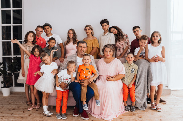 Фото №1 - Надо ли говорить малышу, что он приемный: мнение мамы 17 детей