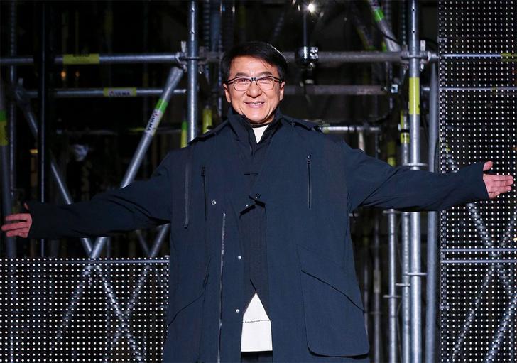 Фото №1 - Джеки Чан стал моделью и вышел на подиум (видео)