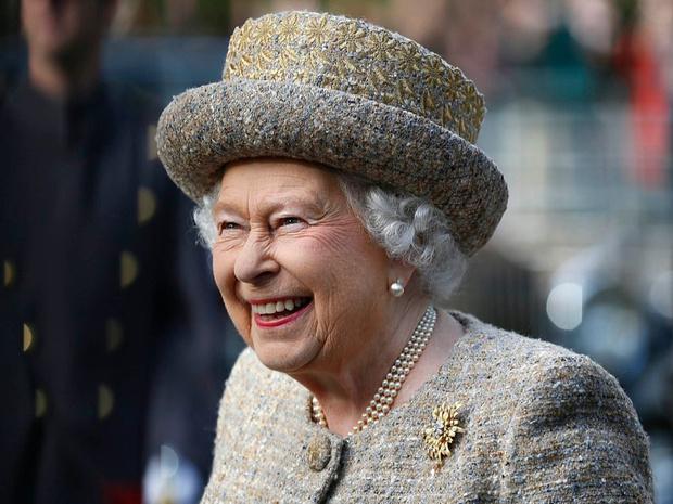 Фото №2 - Образ монарха: два важных аксессуара, без которых Королева не выходит из дома