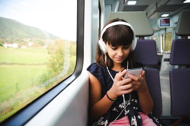 Фото №2 - Можно ли детям слушать аудиокниги: мнение психолога